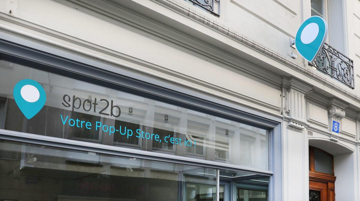Enseigne de Spot2b et stickers pour la vitrine du Pop-Up Store